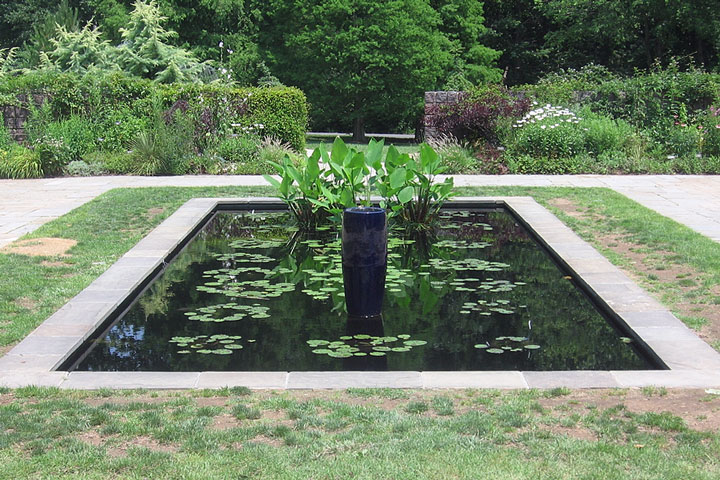 fountain in a Maryland botanical garden